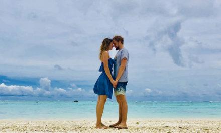 Zauberhafter Heiratsantrag am weißen Sandstrand